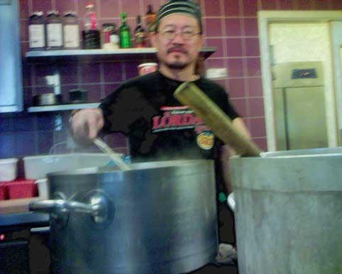 Chefen/kocken Don är i full gång redan vid wokpannorna.