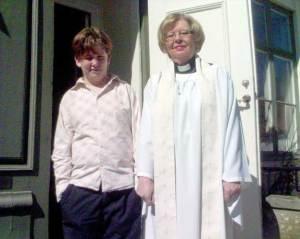 Maxi med sin dopförrättare Inger på Församlingshemmets trappa