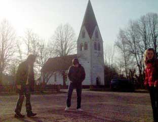 Elever väntar på bussen till Klinteskolan vid Eksta nedlagda skola