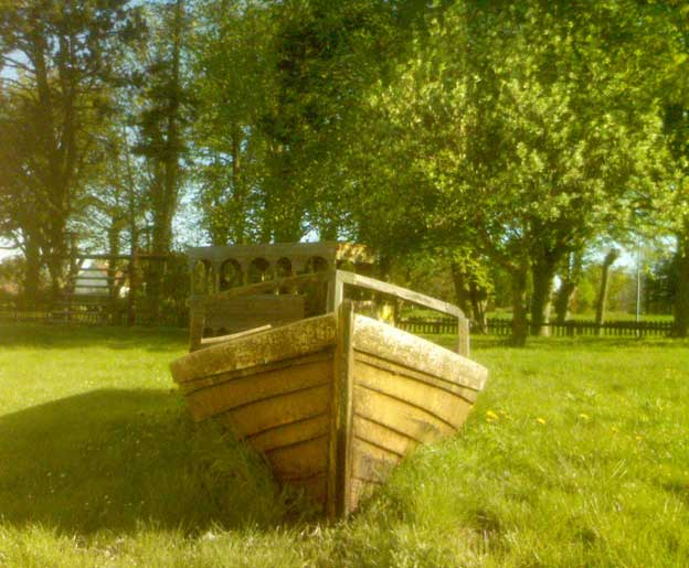 Den här strandade båten ligger i skolans lekpark här i Eksta, tvärs över vägen