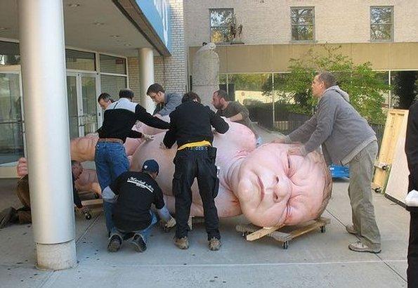 Ron Mueck heter konstnären bakom den här hyperrealistiska skulpturen